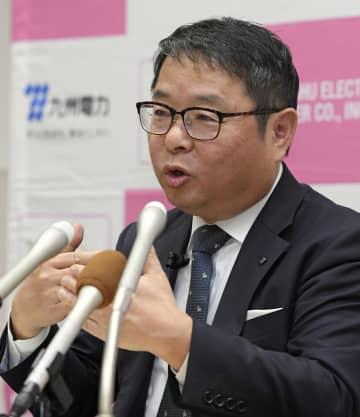 記者会見で電気料金の値下げについて説明する九州電力の池辺和弘社長=26日午後、福岡市