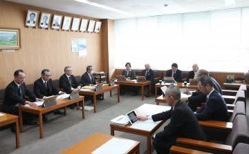 自主解散の決議案提出について話し合う美浦村議会の議会運営委員会=同村受領