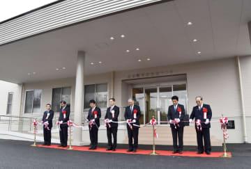 熊本県益城町で給食センターが再建され、テープカットする関係者ら=2日午前