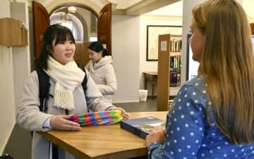 ノルウェー・ノーベル賞委員会に「高校生平和大使」の活動をまとめた冊子を提出する中村涼香さん(左)=4日、オスロ(共同)