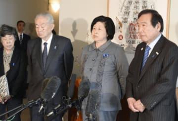 支援団体のメンバーらと取材に応じる曽我ひとみさん(右から2人目)=5日、新潟県庁