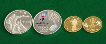 ラグビーW杯日本大会を記念した1万円金貨(右2枚)と千円銀貨=5日午後、大阪市の造幣局