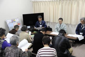 北海道厚真町で開かれた仮設住宅の入居者と町との意見交換会=6日午前