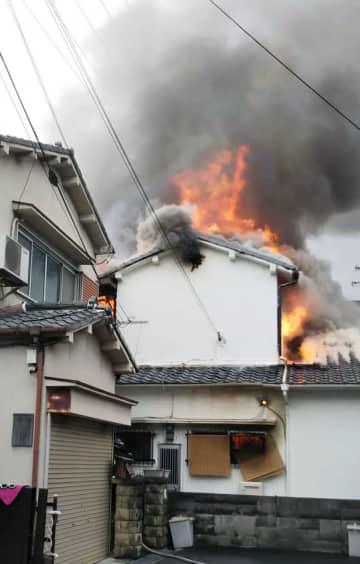 炎を上げる大阪府松原市の住宅=6日午前(近隣住民提供)