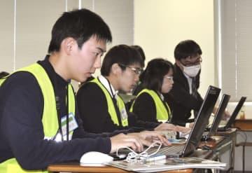 埼玉県警サイバー犯罪対策課のインターンシップで、パソコンの解析に挑む学生ら=1月、さいたま市