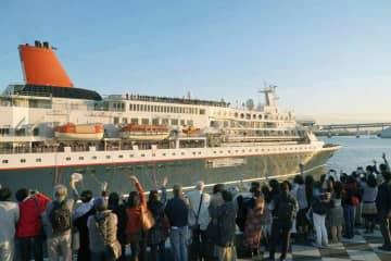 「東南アジア青年の船」の事業で東京・晴海ふ頭を出る船=2018年11月