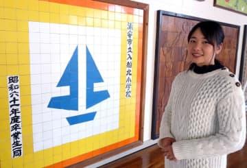 被災時に避難した旧入船北小学校の体育館を訪れた古賀さん。取材当日は地域の防災訓練が行われていた=浦安市