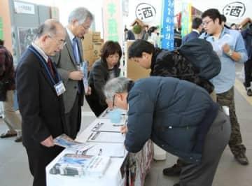 拉致被害者の救出を求めて署名する人たち=9日、新潟市中央区