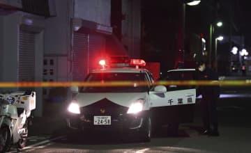 事件があったマンション付近を警戒する警察官=10日午前1時8分、千葉県木更津市