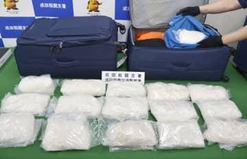 押収された覚醒剤とスーツケース=11日午後、成田空港