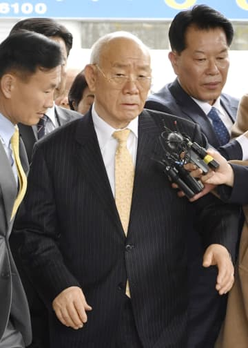 11日、韓国の光州地裁に入る全斗煥元大統領(中央)(共同)