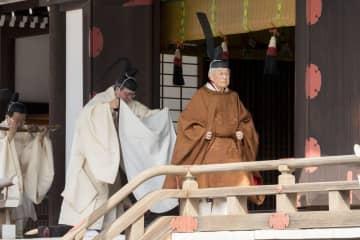 「期日奉告の儀」に臨まれる天皇陛下=12日午前、皇居・賢所(宮内庁提供)