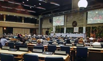 議論が夜遅くまで続く国連環境総会の会合=11日、ナイロビ(共同)