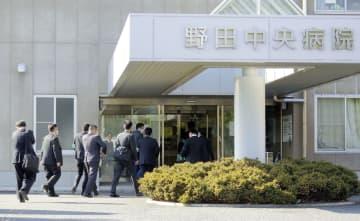 野田中央病院の家宅捜索に入る千葉県警の捜査員=12日午後2時37分、千葉県野田市