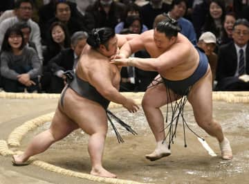 玉鷲(右)が押し出しで貴景勝を破る=エディオンアリーナ大阪