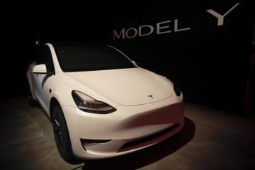 テスラが発表した小型SUV「モデルY」=14日、米カリフォルニア州(AP=共同)