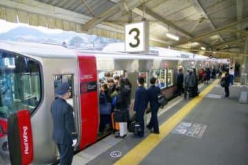 夕方ラッシュ時に満員となる3両編成の電車。乗り切れない人が出る日もある(広島市西区のJR西広島駅)