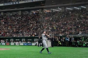 東京ドームの観客から大歓声を浴びたマリナーズ・イチロー【写真:Getty Images】