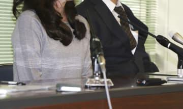 報告書の公表を受け、記者会見する生徒の母親(左)=18日午後、兵庫県尼崎市