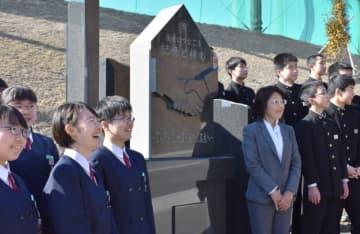 赤崎中校舎近くに建立された赤崎津波記憶石。震災の記憶を後世につなぐ