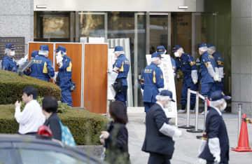 女性が刺された現場付近を調べる捜査員=20日午後4時11分、東京・霞が関の東京家裁
