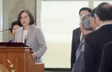 南太平洋の島しょ国歴訪を前に談話を発表する台湾の蔡英文総統(左)=21日、台湾北部の桃園国際空港(中央通信社=共同)