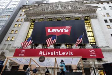 「リーバイス」のロゴに彩られたニューヨーク証券取引所=21日(AP=共同)