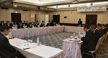 高知市で開かれた、JR四国の鉄道網維持に向けた対策を話し合う懇談会=22日