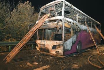 中国湖南省常徳の高速道路で出火した観光バス=22日(新華社=共同)