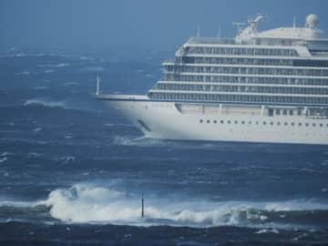 ノルウェー中西部の沖で航行不能となった豪華客船「バイキングスカイ」=23日(ロイター=共同)