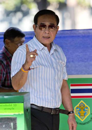 24日、タイの首都バンコクで、総選挙の投票を終えたプラユット首相(AP=共同)