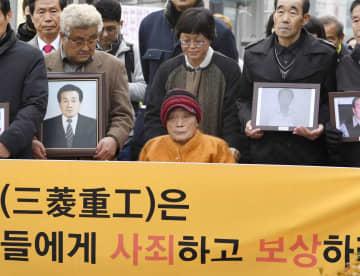 2018年11月、徴用工、挺身隊訴訟で、ソウルの韓国最高裁に向かう原告ら(共同)
