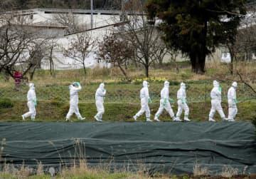 23日、豚コレラが発生した岐阜県山県市の養豚場へ防疫作業に向かう作業員