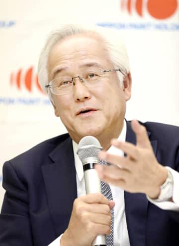 日本ペイントホールディングスの会長に就任し、記者会見する田中正明氏=27日午後、大阪市
