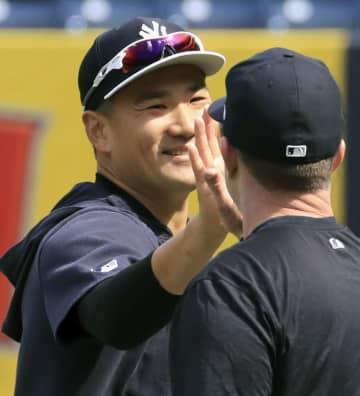 チームメートと笑顔でタッチを交わすヤンキース・田中=ニューヨーク(共同)