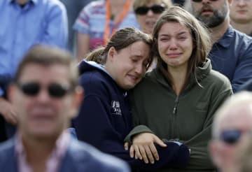 29日、ニュージーランド・クライストチャーチで開かれた銃乱射事件の追悼式典の参加者ら(AP=共同)