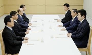 新元号の選定手続きに関する検討会議に臨む菅官房長官(右から2人目)ら=29日午前、首相官邸
