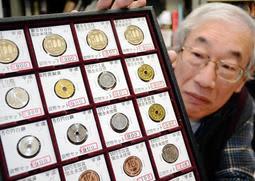 ばら売りでも高値が付いている平成31年の未使用硬貨。1円玉は額面の900倍だ=神戸市灘区備後町2、神戸コイン