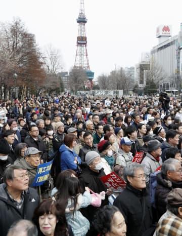 11道府県知事選など統一地方選前半戦の「ラストサンデー」となった31日、街頭演説を聞く有権者ら=札幌市