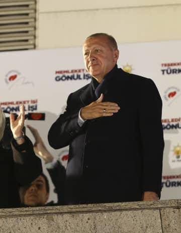 1日、トルコの首都アンカラで支持者にあいさつするエルドアン大統領(ゲッティ=共同)