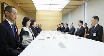首相官邸で開かれた「元号に関する懇談会」=1日午前9時31分