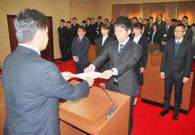 戸田町長から辞令書を受け取る新規採用職員