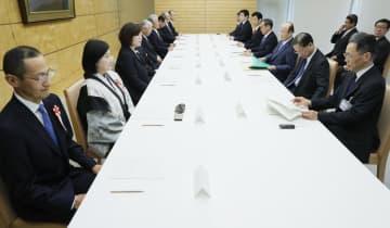 首相官邸で開かれた「元号に関する懇談会」。左端は、山中伸弥京都大教授=1日午前9時32分