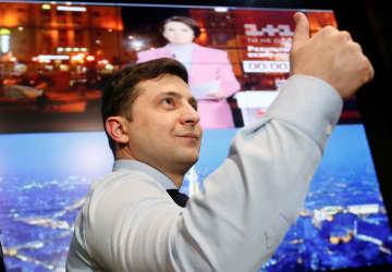 3月31日、ウクライナのキエフにある選挙事務所で、指を立てる人気コメディアンのゼレンスキー氏(ロイター=共同)