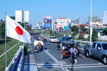 再開通した「日本カンボジア友好橋」=3日、プノンペン(共同)