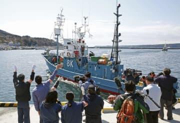 宮城県石巻市の鮎川港を出港する調査捕鯨船=4日午前