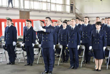 入校生73人を代表し、宣誓する久慈慎也さん(中央)