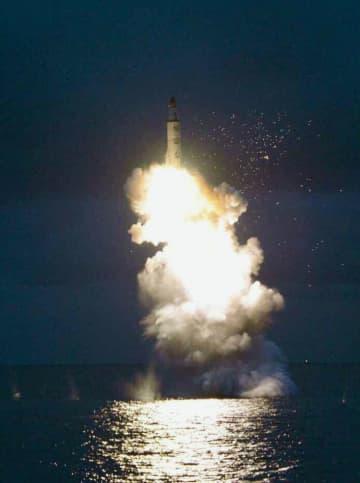 2016年8月、北朝鮮の労働新聞が掲載した、潜水艦発射弾道ミサイル(SLBM)の水中発射実験の写真(共同)