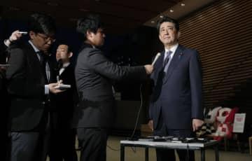 塚田一郎氏の国交副大臣辞任について、記者の質問に答える安倍首相=5日夕、首相官邸