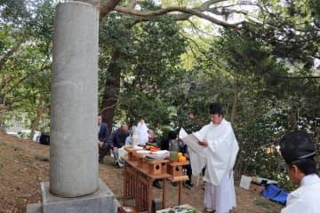 故丸山駅長の功績をしのび、冥福を祈った慰霊祭=松浦市調川町